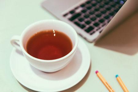 Rooibos teekuppi ja kannettava tietokone