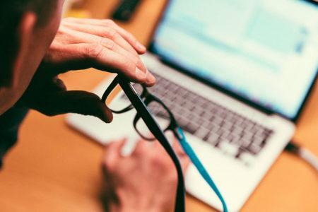 Arton silmälasit ja tietokone